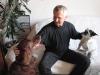 Hundebetreuer mit Irish Setter und Terrier Mischling